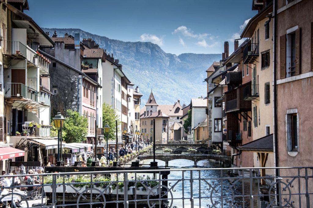 Vieille ville d'Annecy avec vue sur les Alpes